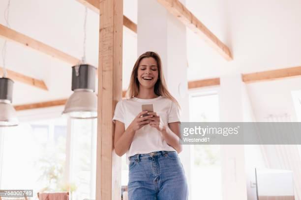 young woman at home using smartphone - independência imagens e fotografias de stock