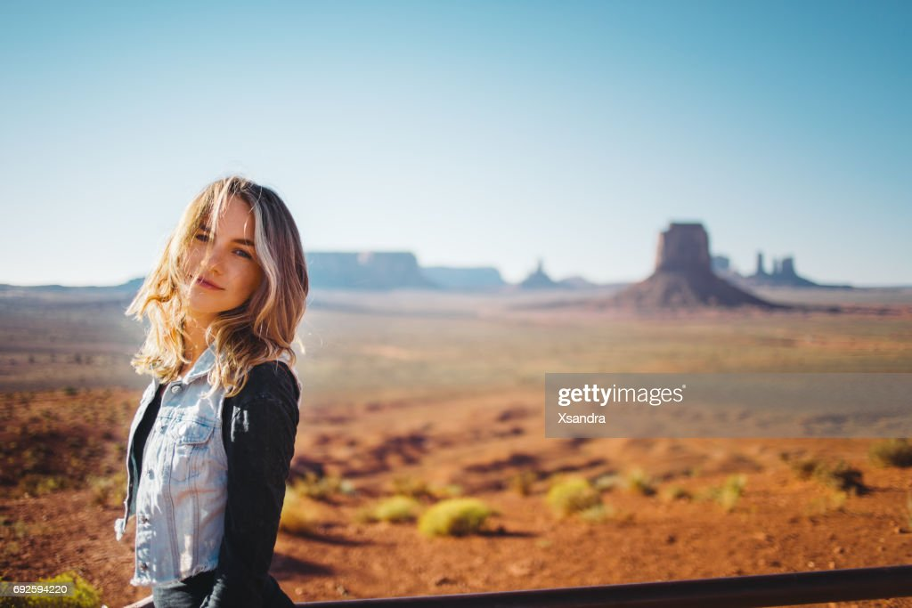 Young woman at Monument Valley : Foto stock