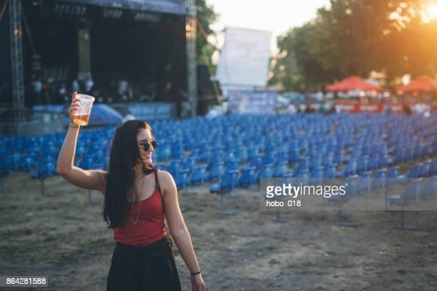 Jeune femme au festival de musique