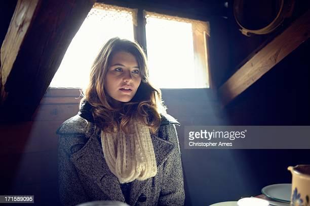 Jeune femme dans un Chalet en bois une Table
