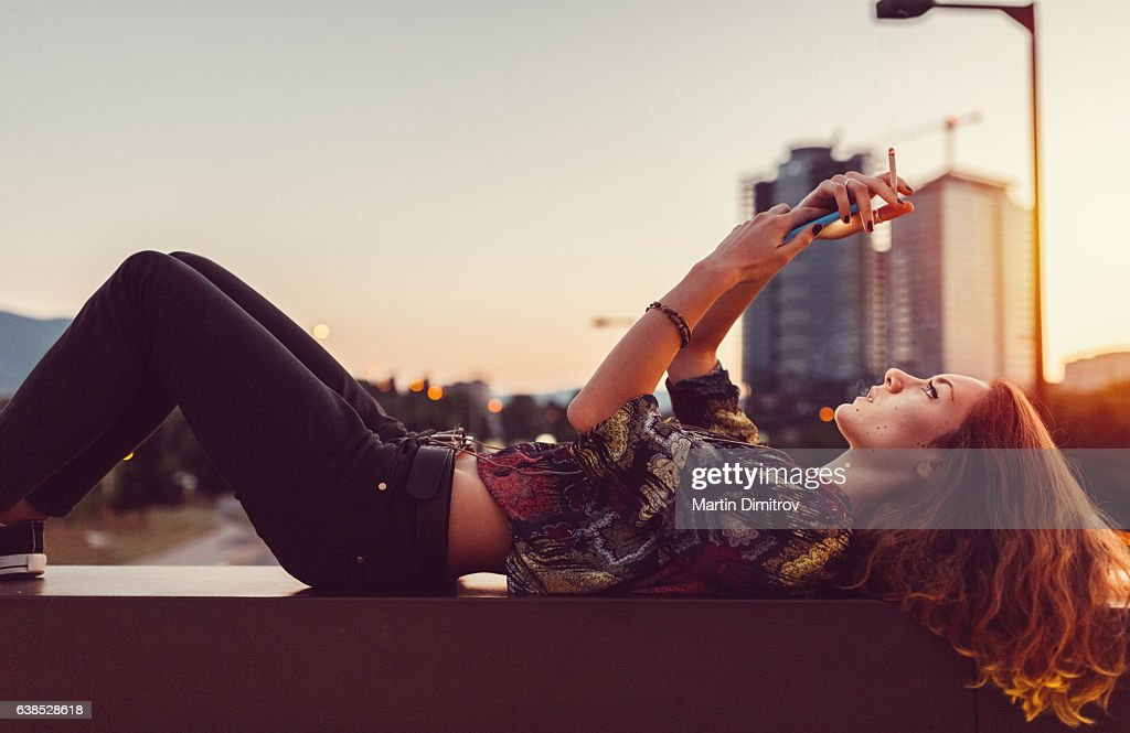 Young woman at the bridge : Foto stock