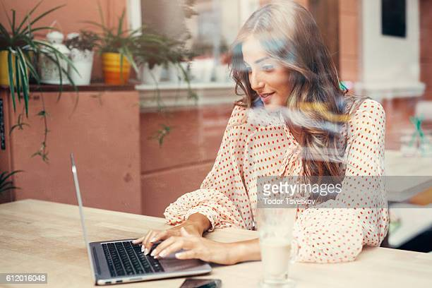Junge Frau im cafe