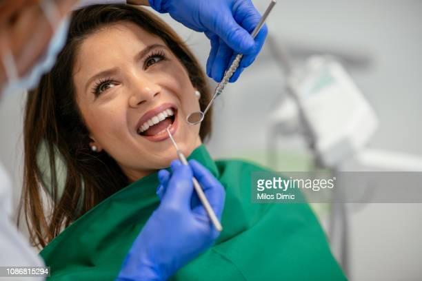 若い女性歯科医 - 矯正歯科医 ストックフォトと画像