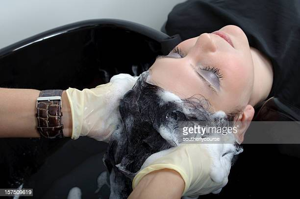 Junge Frau bei der Friseur