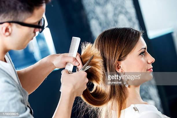 jovem no cabeleireiro. - cortando atividade - fotografias e filmes do acervo