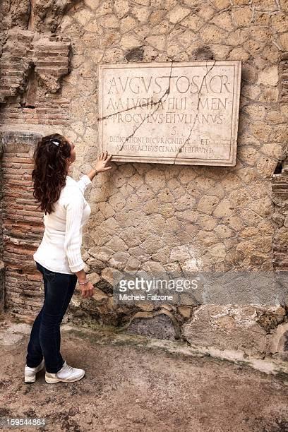 young woman at the roman ruins at herculaneum - ヘルクラネウム遺跡 ストックフォトと画像
