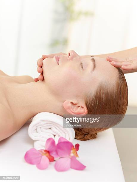 giovane donna nella spa - massaggio sensuale foto e immagini stock
