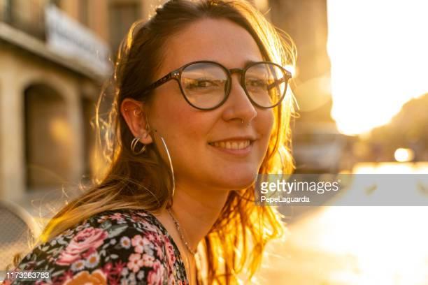 joven cita en la calle al atardecer - 20 a 29 años fotografías e imágenes de stock