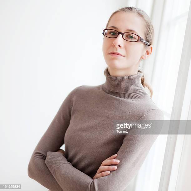 Junge Frau auf Fensterbank