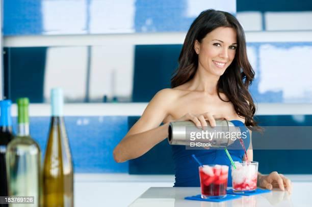 Junge Frau Barkeeper gießen Cocktails