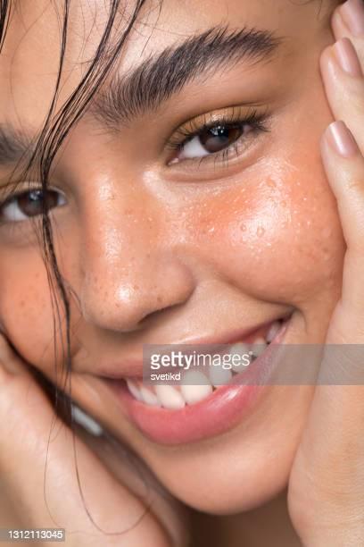 junge frau schönheit porträt - nass stock-fotos und bilder