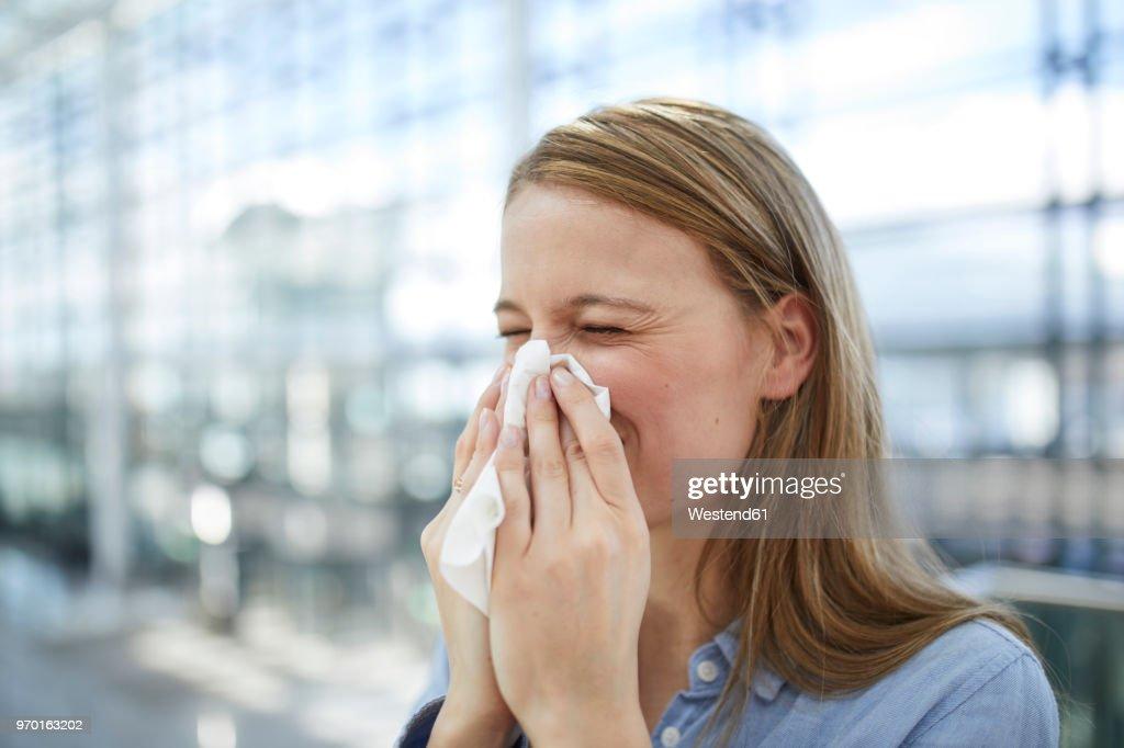 Young woman blowing nose : Foto de stock