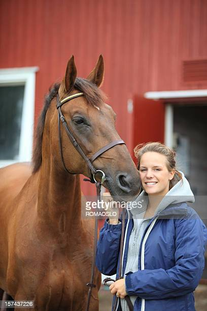 Jeune femme les liens avec son cheval, Norvège