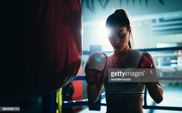 Junge Frau Boxer konzentrieren, bevor man den Boxsack