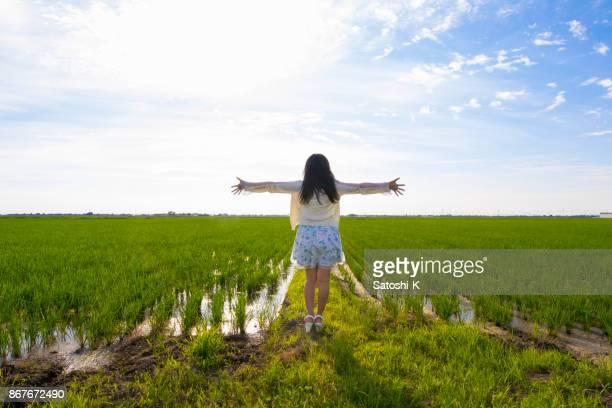 田んぼの花瓶で若い女性