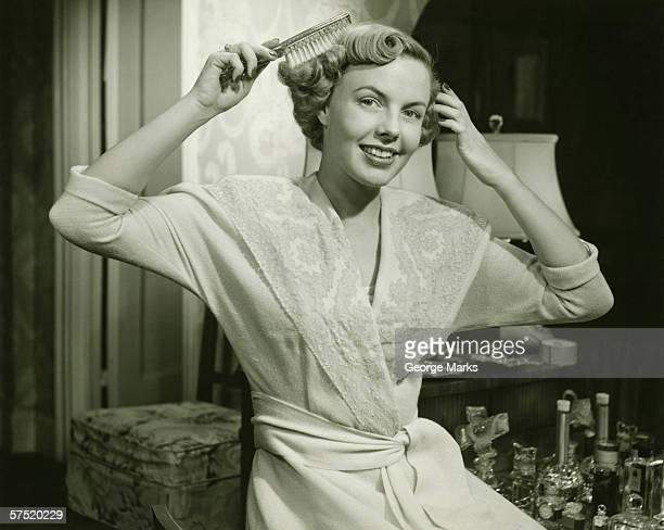 髪をブラシでとく、若い女性自宅で、(B &W )、ポートレート
