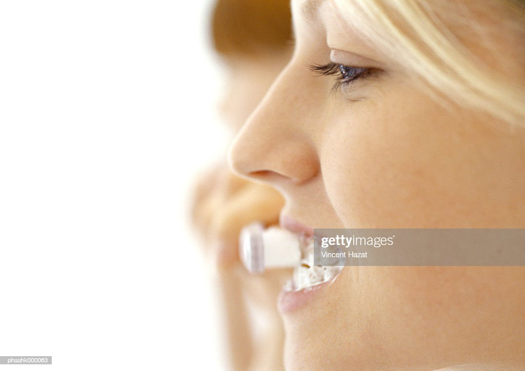 Young woman brushing teeth : Stockfoto