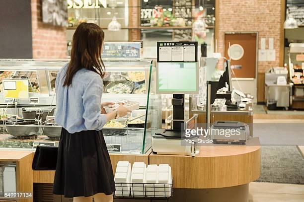 若い女性食料品のスーパーで購入 - 副菜 ストックフォトと画像