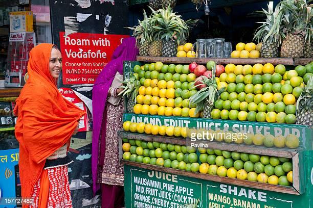 若い女性ジュース manali インドの購入 - vodafone ストックフォトと画像