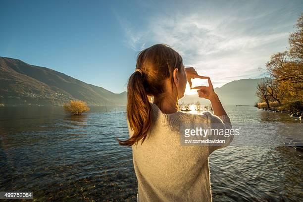 Junge Frau am See einen finger frame