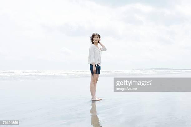 giovane donna in riva al mare - pantaloncini grigi foto e immagini stock