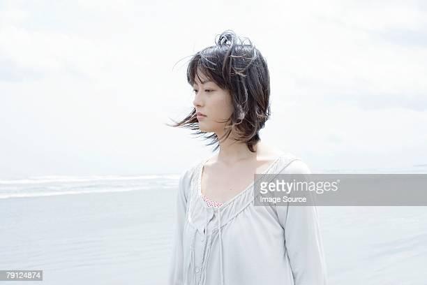 若い女性は海