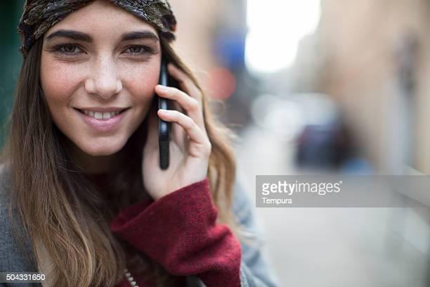 Junge Frau mit einem Smartphone anrufen.