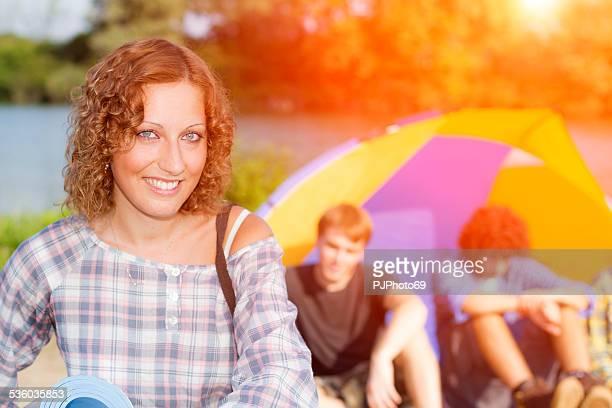 若い女性、川でキャンプには友人の集団 - pjphoto69 ストックフォトと画像