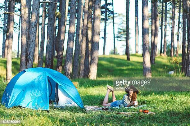 Jeune femme dans la forêt de Camping