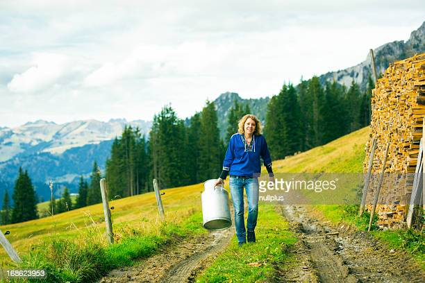 Junge Frau tragen Milchkanne
