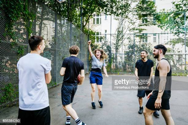 young woman celebrating a point score during basketball game - seulement des adultes photos et images de collection