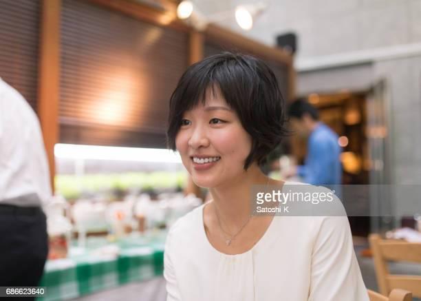 若い女性がレストランでチャット