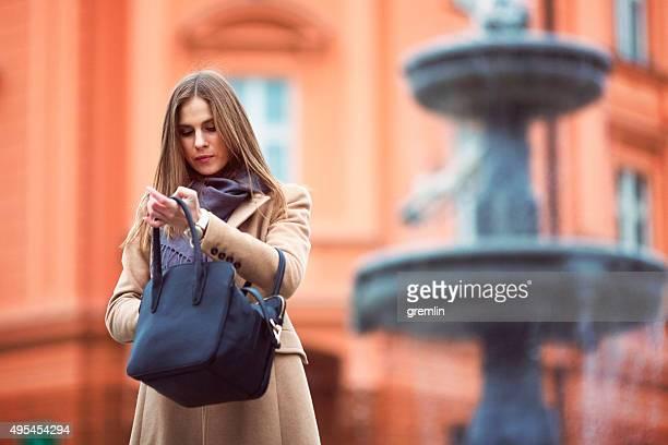 Junge Frau, die Ihre Tasche, Tasche