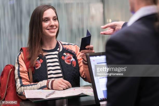 Eine Frau beim Check-In in einem Hotel