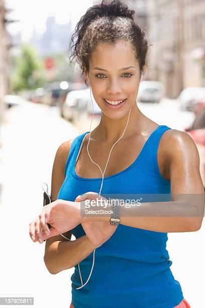 giovane donna leggere pulse - città di west new york new jersey foto e immagini stock