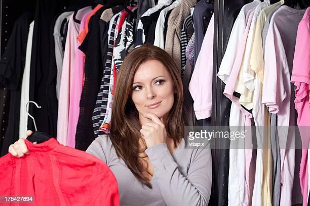 jovem mulher escolhendo look para vestir com closet - escolher - fotografias e filmes do acervo