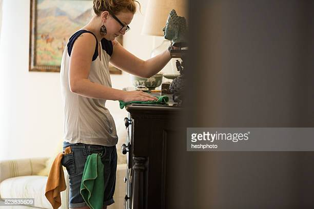 young woman cleaning surfaces with green cleaning products - heshphoto stock-fotos und bilder