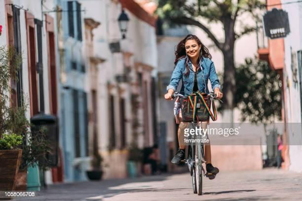 若い女性の自転車通勤 - ケレタロ州 ストックフォトと画像