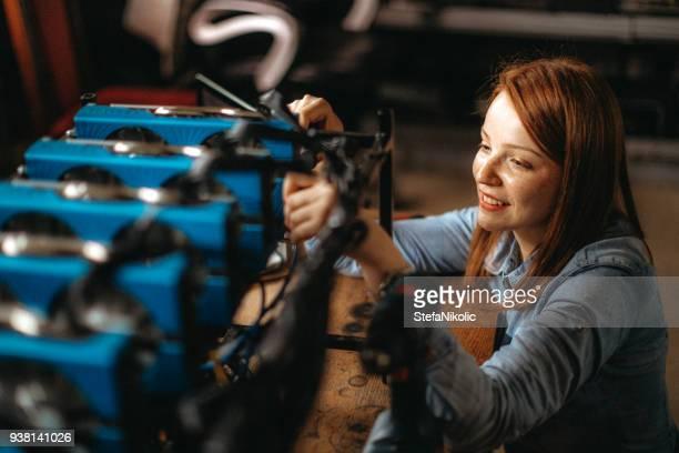 Junge Frau konfiguriert Computer für den Bergbau