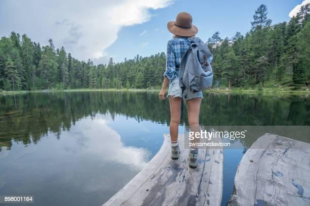 Junge Frau, die Betrachtung der Natur am See, Schweiz
