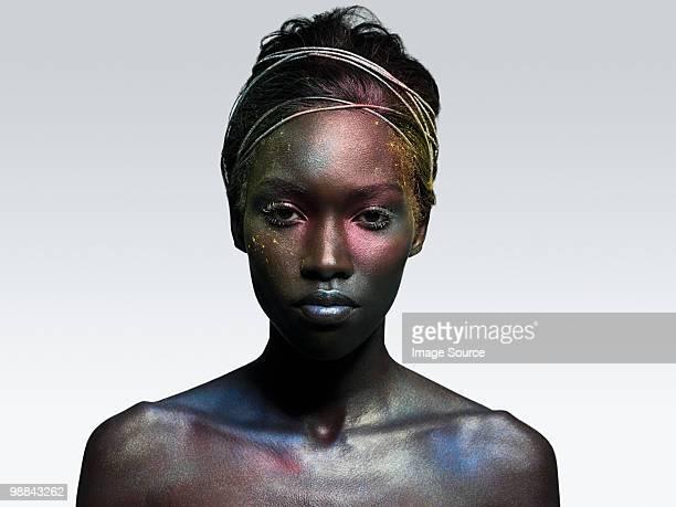 Mujer joven cubierto en metálico completar