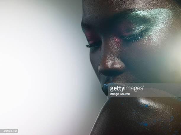 Junge Frau mit metallic-make-up