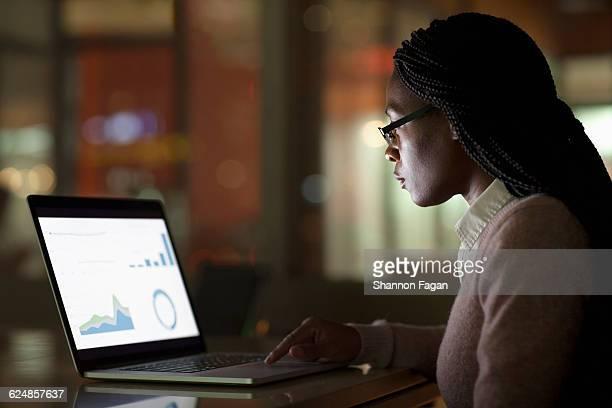 young woman creating presentation on laptop - コーンロウ ストックフォトと画像