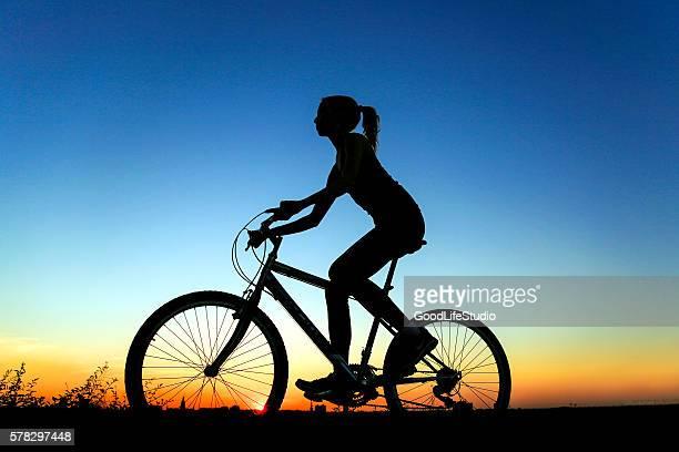 Junge Frau Fahrradfahren