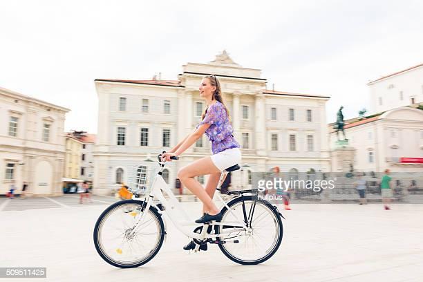 若い女性のサイクリングから広場
