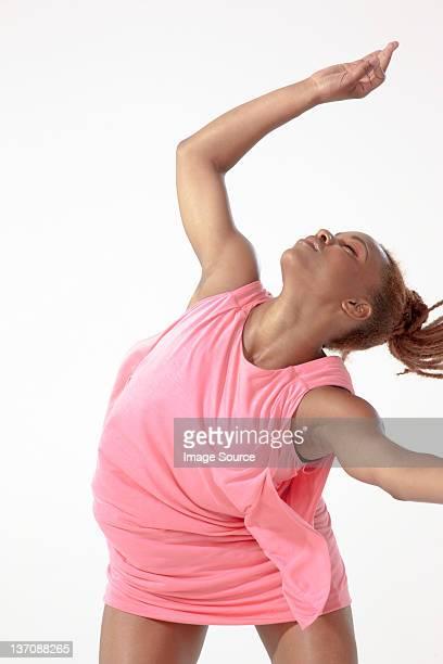 Joven mujer bailando como si en trance
