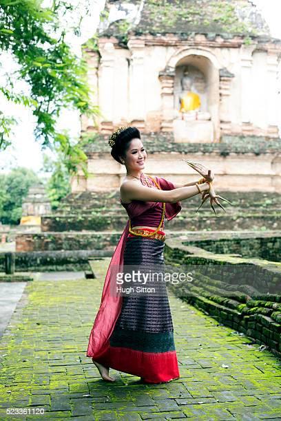young woman dancing traditional thai dance, chiang mai, thailand - hugh sitton stock-fotos und bilder