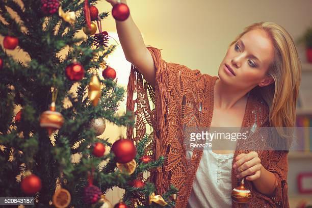 Junge Frau dekorieren ein christmas tree