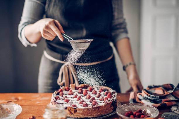 裝飾蛋糕的年輕婦女 - 餐後甜品 個照片及圖片檔