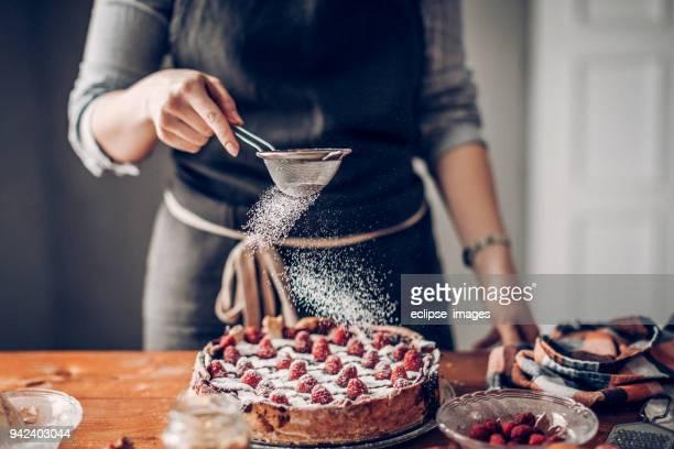 jonge vrouw versieren gebak - nagerecht stockfoto's en -beelden